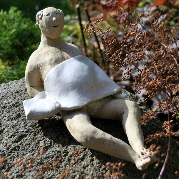 Keramikfigur, Handmade, Sonnenbad im Garten