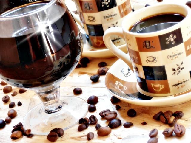 """Lichior de cafea: 250 gr cafea boabe; 1 l alcool; 500 ml apa; 500 gr zahar. Punem intr-un vas boabele de cafea si turnam peste ele alcoolul. Lasam la macerat 12 zile timp in care vom agita zilnic. Din apa si zahar facem un sirop gros, ca pentru dulceata. Strecuram alcoolul printr-un tifon si il turnam peste sirop. Lasam 1-2 zile ca sa se """"patrunda """" apoi il putem servi."""