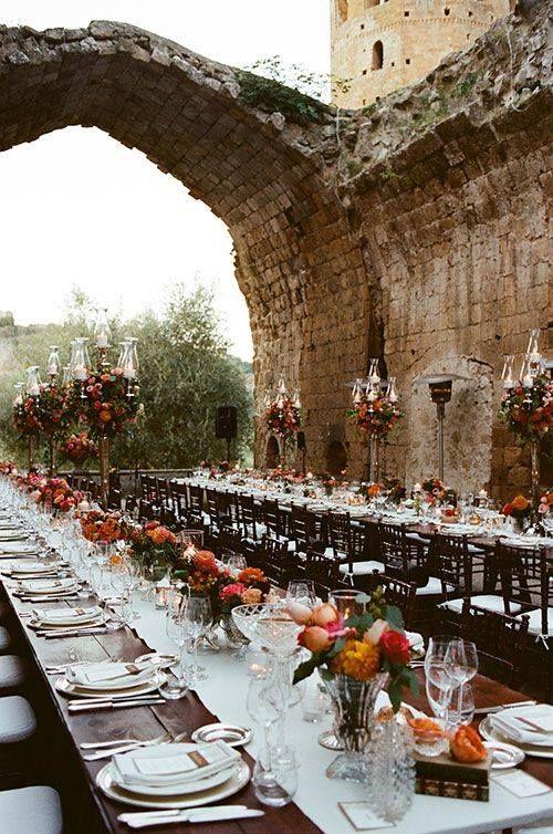 Superbe table de mariage à l'extérieur d'un château - Grace loves lace