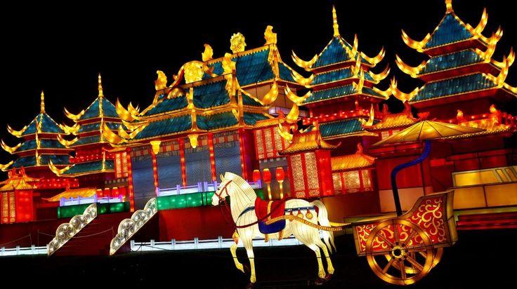 LUZ POR EL AÑO NUEVO CHINO. Imágenes de instalaciones construidas con luz en el festival mágico de la linterna en Chiswick House Garden en Londres, Inglaterra, el miércoles 18 de enero, 2017. El festival es una instalación artística de linternas esculpidas de diversas formas. Las linternas se construyeron en China antes de trasladarse al Reino Unido y algunos tomaron hasta 300 días para fabricarse. (AP / AFP / REUTERS)