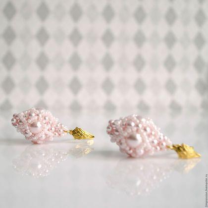 Купить или заказать Комплект украшений из бисера (ожерелье и серьги) 'Цветок миндаля' в интернет-магазине на Ярмарке Мастеров. Ожерелье и серьги из розового жемчуга Swarovski с золотой фурнитурой. Ожерелье дополнено плетеными элементами из бисера и биконусов Swarovski. Вся фурнитура с покрытием из золота 18 карат. Комплект очень нежный и романтичный. Подойдет для повседневного и праздничного образа. Комплект доступен для заказа в других цветах! При покупке отдельно ожерелья цена - 296...