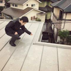 屋根の上から10年点検           いつも応援ありがとうございます  とうとうヒエトリ靴下ポチっとしたnaomiでございます       先日のりーダ南区のOBさま宅に  年点検に行っておりました       年点検では天井と屋根のスキマの  小屋裏に入って     木の劣化や雨漏りはないかーとか        基礎を調べて異常はないかーとか  お困りのことはないですか     といった感じのことを診断したり  ヒヤリングさせていただいとると        OBさまによって違うけど  だいたい時間半から時間くらいかな              先日のOBさまは  年前に建ててくださったご家族        のりーダが  まだケンプラ入社する前だもんなぁ     アーツ君とはもう一緒にお仕事しとったけど  まだnaomiも独身やったしね        懐かしい           年もなんだけど  ついこの間のようにも思える     でもキッズたちの成長っぷりをみて  オナカにいた子が小学年生     時の流れを感じますー…