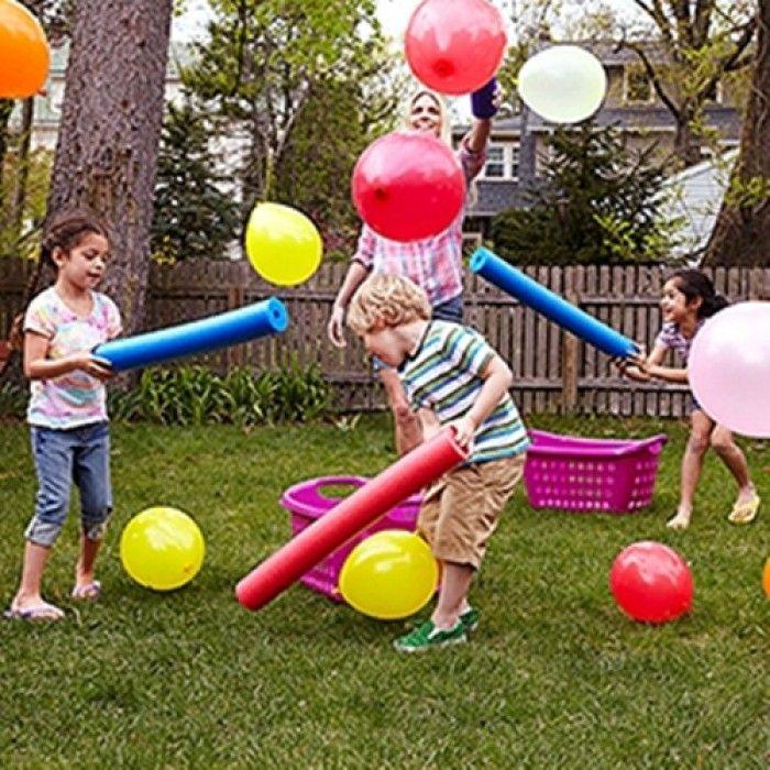 Und da sind wie wieder die Poolnudeln. genial was man alles damit machen kann. Eine tolle Beschäftigung für Kinder ist es mit den Poolnudeln Luftballons in die Körbe zu manövrieren