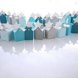 Le scatole sono in grigio chiaro, grigio pietra, azzuro pallido, turchese e blu anatra. Le etichette bianche possono essere a forma di stella, nuvola, ucell...