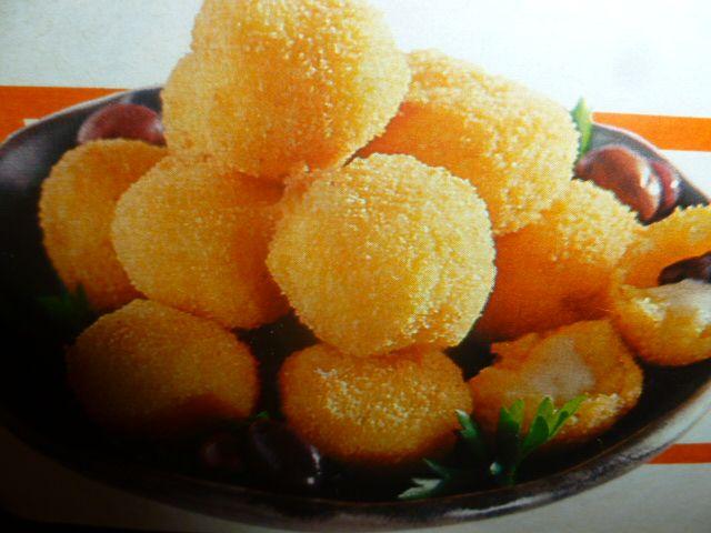 frittelle di polenta - ripiene di formaggio - delizioso snack preparato con polenta morbida ripiena di formaggio filante olive e fritta