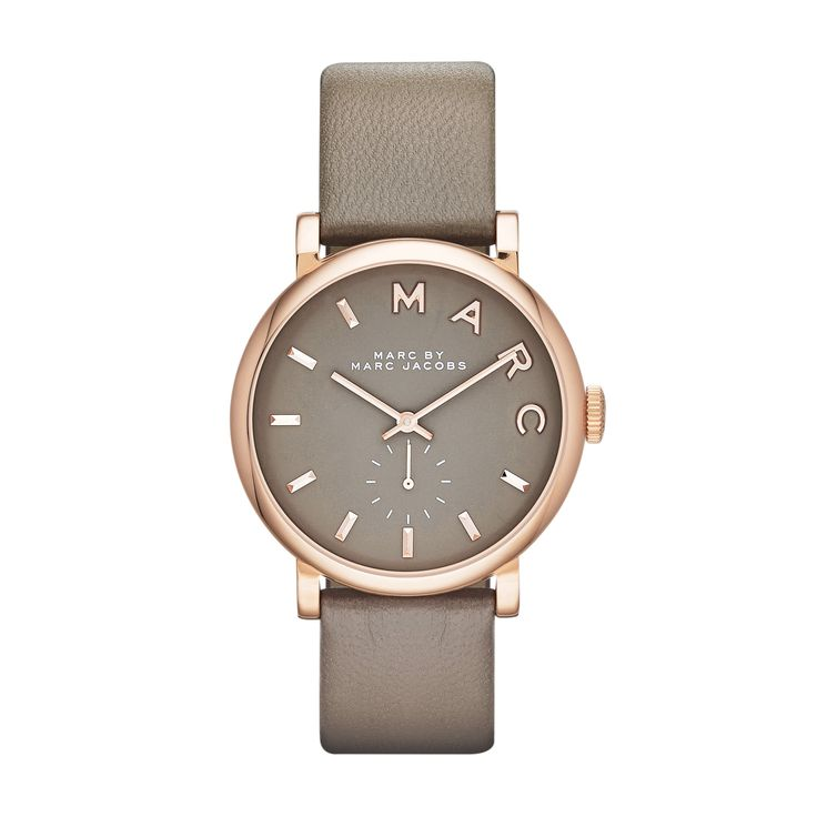 Cette montre femme Marc by Marc Jacobs se compose d'un bracelet cuir taupe, d'un boitier rond acier doré rose et d'un cadran taupe avec un affichage index doré rose. Etanche 50 mètres.