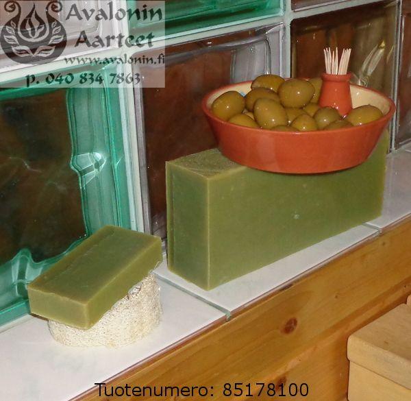Osmia's handmade Finnish Olive soap. Gentle for skin and 100% vegan. / Osmian kotimainen ihoystävällinen, 100% kasviöljypohjainen Oliivisaippua.    Käsinvalmistettu ylirasvoitettu saippua.