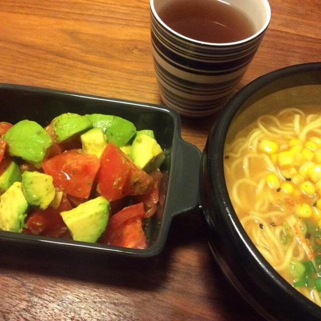 今日の夕飯( ´ ▽ ` )ノ  ランチにご飯1合弁当を食べたのに、なぜか腹ぺこなので、がっつりラーメンを食べちゃいました〜(笑) - 41件のもぐもぐ - ラ王袋麺でコーン味噌ラーメン、トマトとアボカドのサラダ 2015.4.13 by kirahime