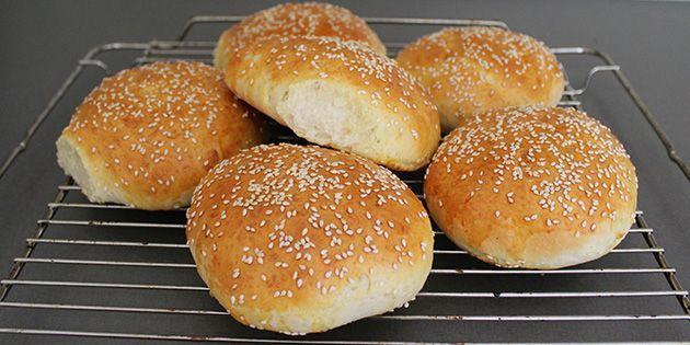 Ufatteligt luftige burgerboller med sesam på toppen, der er rigtig nemme at lave. De hjemmelavede burgerboller smager langt bedre end dem, man køber, så det er bare med at komme i gang.