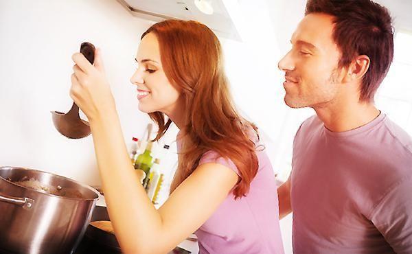 おいしい料理はあたたかい家庭の象徴のようなものであり、旦那様が帰りたいおうちの大事な要素です。結婚前でも料理上手をアピールできることは高ポイントですよね。 料理の腕にちょっと自信がないあなたも心配ご無用。プロのような抜群の味付けや調理技術を身に着ける必要はありません。 出典:http://slism.net 大切なのは食べる前に「おいしそう」と思わせること。それだけで人は何倍も「おいしい」と感じてしまいます。パートナーが胃袋をつかまれたつもりになる、魔法のような演出のコツをお教えします。 シンプルな食器 出典:http://blogs.yahoo.co.jp ごちゃごちゃと模様が入ったお皿では料理がひきたちません。色柄もののお皿と料理のバランスを取るのは高等技術だと考えて、無地の白いお皿を用意するのが無難です。 大盛り厳禁 出典:http://www.geocities.jp 中華料理屋のがっつりメニューなら良いですが、女性らしさを演出するなら話は別。溢れずお皿に乗っていれば良いというものではありません。…