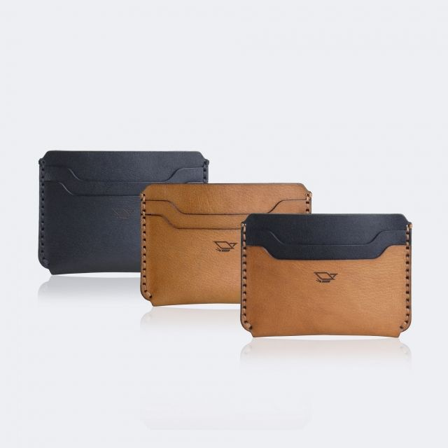 - Available in 3 colors :   1. Duotone    2. Full Black    3. Brown - Full grain vegetable tanned leather - Hand stitched using polyester waxed thread - 4 slots (1 main slot, 2 front slot, 1 back slot) - Dimension 10.5 cm x 7.5 cm x 0.7 cm - Floox logo laser engraved - Burnished edge