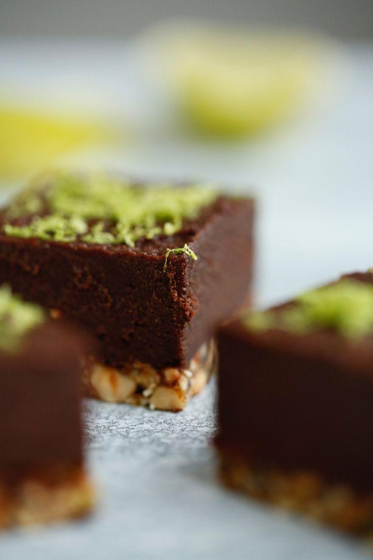 Sund chokoladekage - ja, det vil jeg faktisk tillade mig at kalde den her. Den indeholder nemlig kun hele, simple ingredienser , og så smager den så godt at man ikke kan lade være med at smile når man spiser den. Jeg smilede i hvert fald ret meget over at 2 stykker af denne kage udgj....