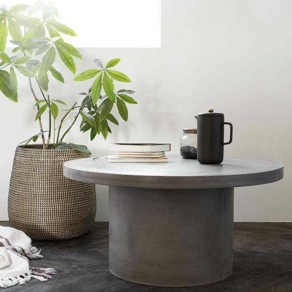 Da camerei tale de zi un aspect industrial cu acesta masuta de cafea rotunda cu aspect de beton.