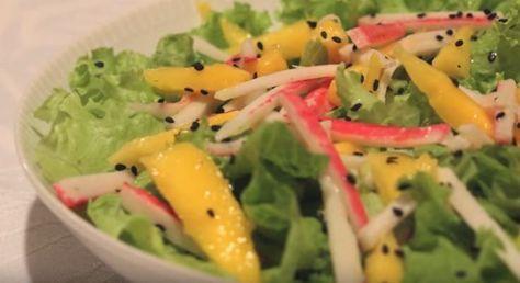 Os dias superquentes do verão pedem uma salada. Que tal inovar e preparar esta saborosa salada de manga com kani? Fica uma delícia! Veja a receita agora.