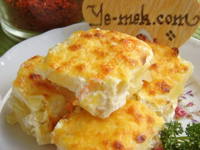 Labneli Patates Graten 200g Labne, 3 cloves garlic, 3 med size potatoes, salt, topping - kasar cheese