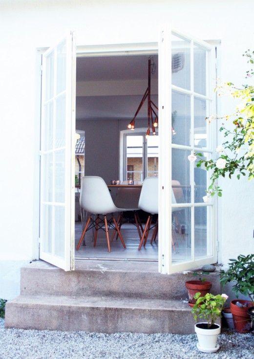 Lampa, matbord och stolar