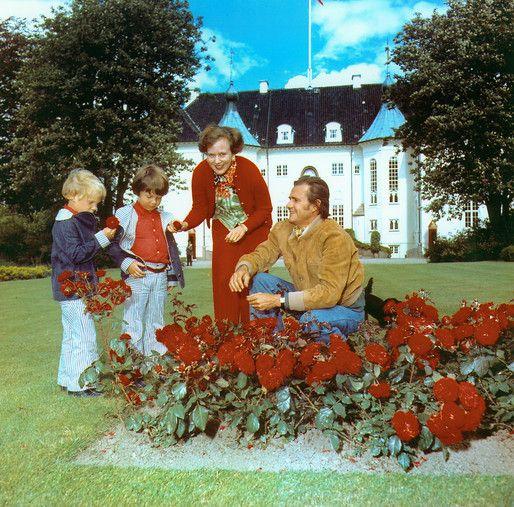 Marselisborg Slot ligger i Aarhus og er Regentparrets sommerresidens. Slottet er omgivet af en park i engelsk stil med små søer, en rosenhave og en række kunstværker