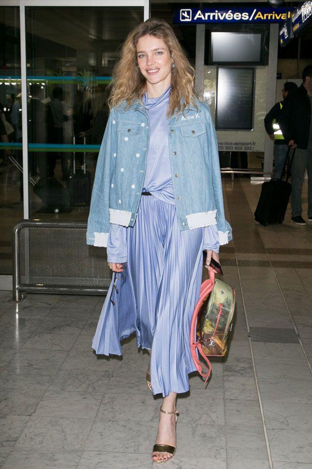 Наталья Водянова в куртке Anna K и с рюкзаком Louis Vuitton x Jeff Koons в аэропорту Ниццы