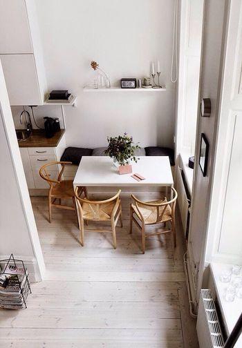 自然光を少しでもたくさん感じられるように、北欧では明るい窓の近くにダイニングテーブルを設置することが多いようです。