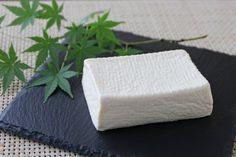 《塩豆腐基本のレシピ》 絹ごし豆腐…1丁(300g) 塩…小さじ1 ●絹ごしとオフを二枚重ねたキッチンペーパーに乗せ、全体に塩をふりなじませ包む。 ●冷蔵庫に半日置き、キッチンペーパーを新しいものに替えさらに半日置く。豆腐から水分が抜け一回り小さくなる。 http://r.gnavi.co.jp/g-interview/entry/fcf/2570