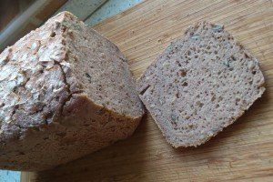 Pohankový kváskový chléb připravený v domácí pekárně je určený nejen pro bezlepkovou dietu. Skoro ani nepoznáte, že není z pšeničné mouky, nedrobí se, je vláčný a měkký. Vydrží měkký 2 - 3 dny. Příprava trvá minimálně 9 - 12 hodin.