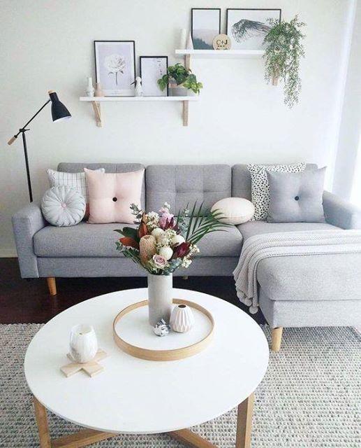 A imagem pode conter: pessoas sentadas, sala de estar, mesa e área interna   – Home