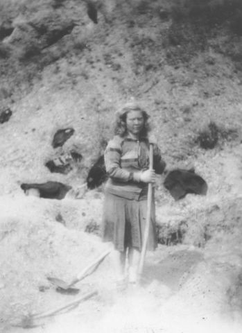 Margit Fekete, a female Hungarian Nazi who was active in the ghetto, is forced to exhume the bodies of Jews killed in the ghetto in Dej. 1945 - 1946