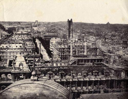 L'Hôtel de Ville de Paris après l'incendie de 1871 et la Tour Saint-Jacques.