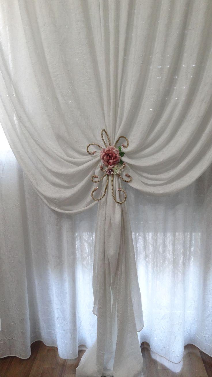 Bracciale legatenda relizzato con una rosa e fiorellini di Forme Tessili 3D