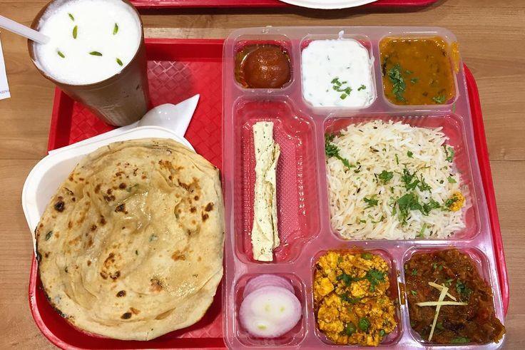 今日はファミレスで座って パンジャビインド北部のタリーを タイのロティの源のパンケーキパイのように層になった薄焼パンロティが美味しい カレー的なものもみんな美味しい シロップ漬けのドーナツは超絶甘い  いつのまにやら毎日何かしら スパイシーなものを欲する体になりました . . #india #lifeinindia #life #travel #scenery #snack #indianfood #food #foodie #streetfood #lunch #インド #インド暮らし #暮らし #インドの日常 #風景 #旅 #インド料理 #世界のごはん #ランチ
