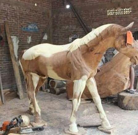 Patung kuda kayu. Salah satu karya dari kota ukir jepara yang memiliki nilai seni tinggi adalah Patung kuda kayu. Patung ini bukan dari tembaga bukan dari plastik atau sejenisnya. Patung kuda kayu ini terbuat dari kayu yang pahat oleh pengrajin patung asli jepara. Untuk pembuatan patung ini di buat dalam waktu yang relatif agak lama. …