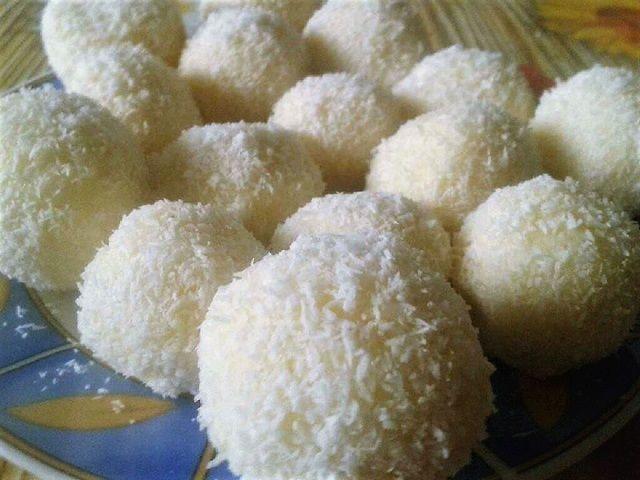 Többféle kókuszgolyó ismerünk, ma vaníliás ízesitésűt készítettem. Szinte pár perc alatt elkészíthető és sikeres a család és a vendégeink körében is Hozzávalók Kb. 15 darabhoz 2,5 dkg margarin 5 dkg búzadara 2 dl tej 1 dl habtejszín (nem felverve) 5 dkg kókuszreszelék 1 csomag Dr. Oetker Vanillincukor 2 evőkanál cukor A hempergetéshez 5-10 dkg kókuszreszelék …