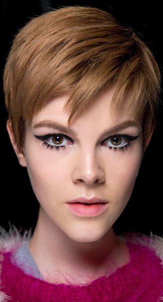Pour contraster avec le maquillage assez prononcé de cette jeune femme, le coiffeur a opté pour une coupe courte dégradée plutôt sage. Il a ...