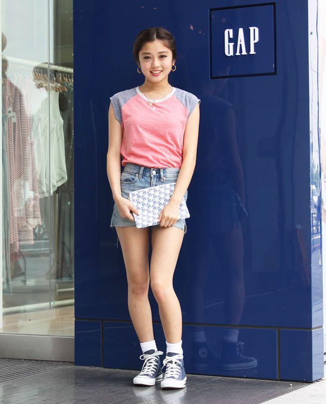 【フラッグシップ原宿スタッフ注目コーデ】 夏の定番のTシャツとデニムショーツは形が勝負。女性ならではの短丈袖Tシャツにハイウエストのショーパンで、ヘルシーな脚長&美脚に。Tシャツ (Color:レッド/¥2,900/ID:960304/着用サイズ:XXXS) ショーツ (Color:ライトウォッシュ/¥4,900/ID:962918/着用サイズ:23) その他:参考商品 スタッフ身長:155cm  ■オンラインストアはこちら http://www.gap.co.jp/browse/subDivision.do?cid=5643 ■フラッグシップ原宿 http://loco.yahoo.co.jp/place/aa0a63c1a73cb38c13508d36208f59163223d003/