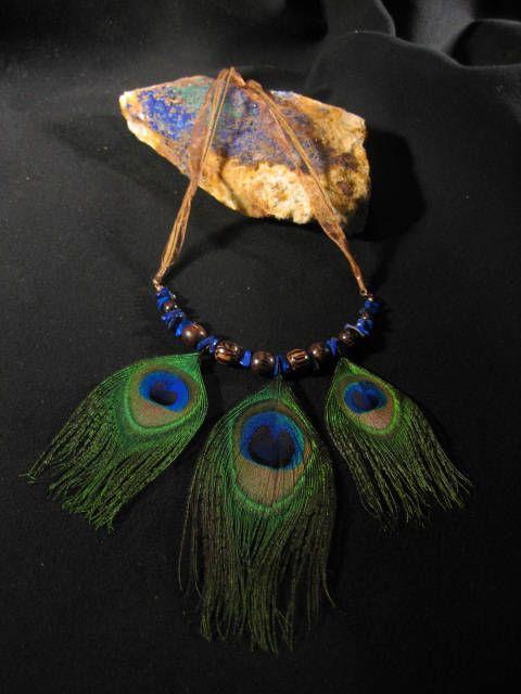 Collier unique plumes paon, lapis lazuli et bille de bois de palmier avec effet thérapeutique possible Bohémien Hippie Indien Art à porter by Noukshouk on Etsy