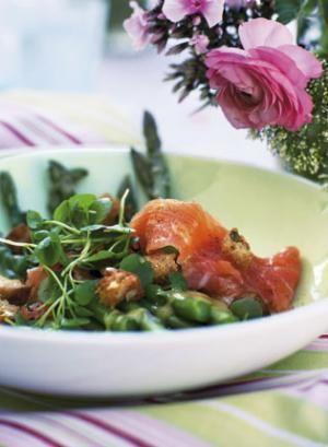 Asparges med røget laks og sprøde croutoner | Magasinet Mad!