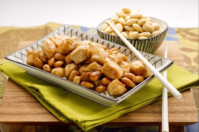 Il pollo alle mandorle, è un classico secondo piatto di origine cinese, molto comune e apprezzato nei vari ristoranti sparsi sul nostro territorio.