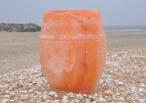 De Himalaya Zout-Urn is met de hand vervaardigd, door geschoolde ambachtslieden, uit solide blokken Himalaya steenzout. De zout deposito's i...