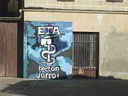 Emblema del grupo terrorista ETA.  Vías políticas y vías militares nunca serán abandonadas.