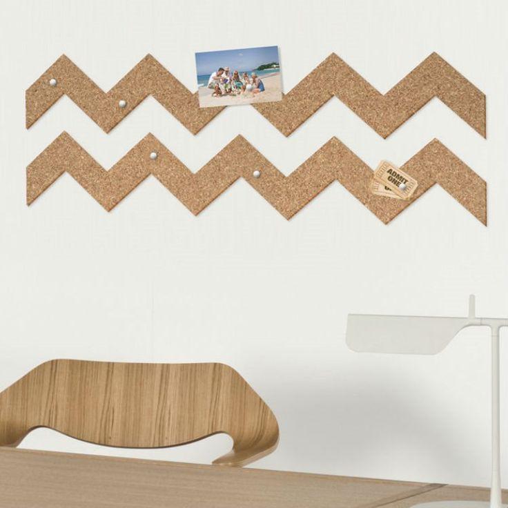 Het ouderwetse prikbord wordt nieuw leven ingeblazen met de kurk tape van THABTO! Het leuke is dat je het helemaal zelf vormgeeft door met een schaar aan de slag te gaan. Plak op de muur, hang foto's of notities op en je woonkamer is opgepimpt!
