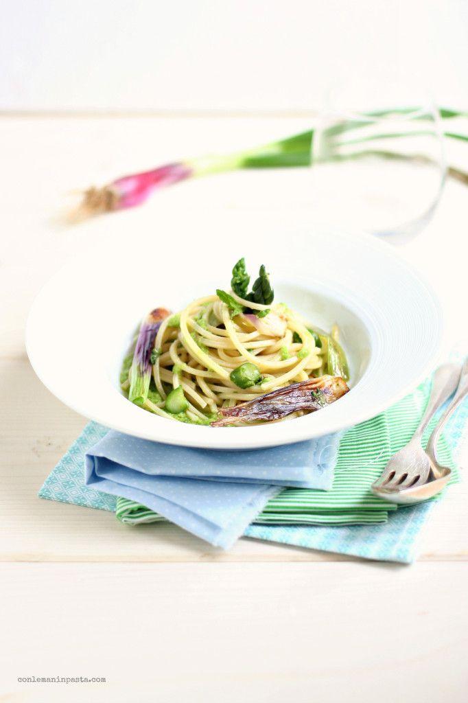 Spaghetti alla chitarra con pesto di fave alla menta, cipollotti e asparagi