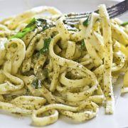 Pasta met boerenkool en zongedroogde tomaatjes - 300 gram volkoren pasta - Saus: 1 pak diepvries boerenkool (450 gram),  1 potje zongedroogde tomaatjes, 2 uien, 3 tenen knoflook (geperst), 100 gr olijven (gehalveerd), Boursin Cuisine Knoflook & Fijne kruiden. Garneer met 50 gr verbrokkelde feta en 8 halve walnoten.