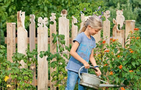 Mit Zaunköpfe kannst du deinen Gartenzaun ganz individuell gestalten. Wir zeigen, wie man die süßen Figuren auf dem Holzzaun selbst macht.