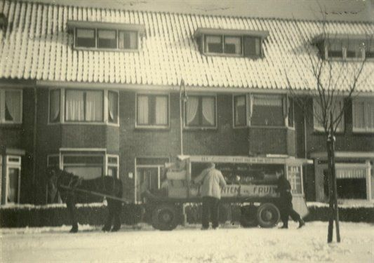 1955, groenteboer van Leeuwen, Merwedekade.