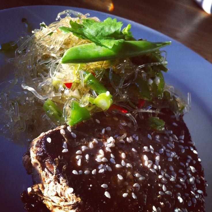 Japansk nudelsallad med tonfiskfilé. Ett helgtips med asiatiska smaker! #lchf #recept #tonfisk #fisk #nudlar #nudelsallad