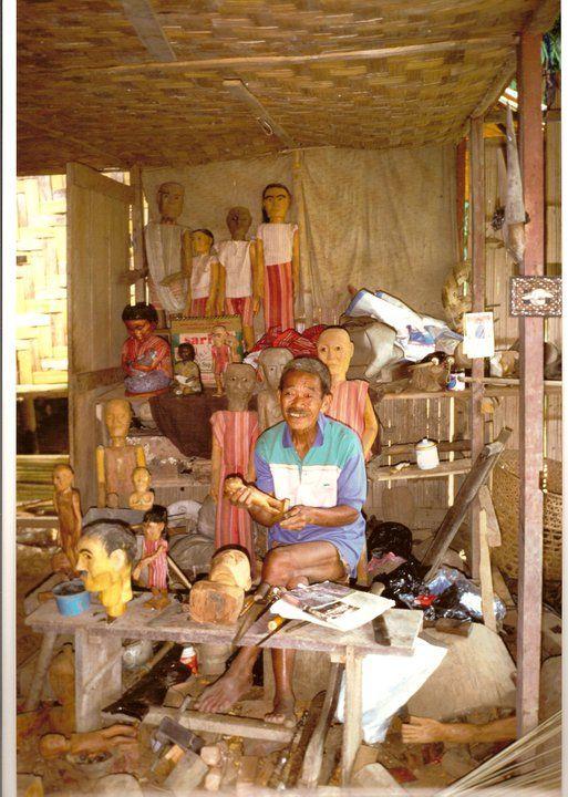 Indonesia, Sulawesi 1994. Costruttore di tau tau (statuine lignee funebri)