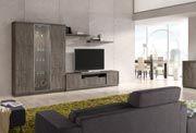 Salón comedor con una composición de muebles para la televisión y un aparador bajo. La composición de muebles está formada por un mueble para TV, con dos puertas, un cajón y un hueco para el reproductor de dvd, una gran vitrina, con puertas de madera y una puerta de cristal, y dos estantes de pared con soportes ocultos. El mueble para la televisión tiene una anchura total de 188 cm. y una altura de 50 cm, mientras que la vitrina tiene unas dimensiones de 135 cm. de ancho y 194 cm. de alto.