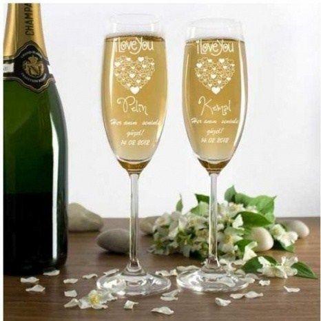 Şampanyasız kutlama olmaz diye düşünenlerden iseniz, Kişiye Özel Şampanya Kadehleri aradığınız hediye olacaktır. Yıldönümü gibi özel bir gün kutlayacaksanız bu kadehler eşliğinde bir kutlama, sevgilinizi çok daha fazla etkileyecektir. Kadehler üzerine 25 karaktere kadar da mesajınızı yazabilirsiniz.
