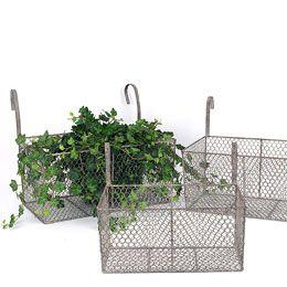 Trådkorg - Stor med upphängning. Mysig korg av hönsnät! Använd till blommor ute, inne eller varför inte för köksgrejer på en stång i köket? 155kr