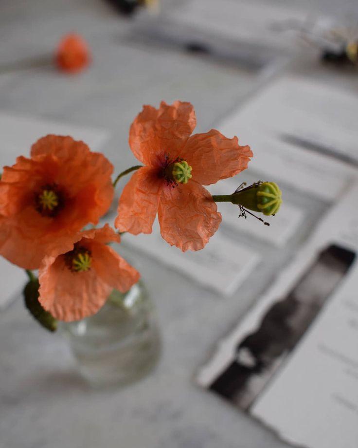 Work table... pretty poppies. Photo: @a_pajarita